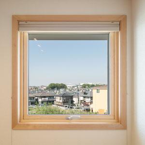 窓にはトリプルガラス+木製サッシ